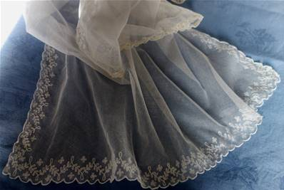 a - BEAU VOILE en TULLE BRODE