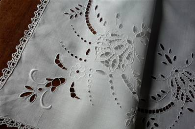a - NAPPERON - Centre de Table - Broderies et Dentelle *