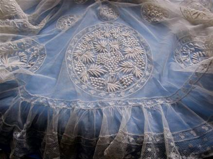 SPLENDIDE CAPE en TULLE et BRODERIES de FONDS de BONNETS