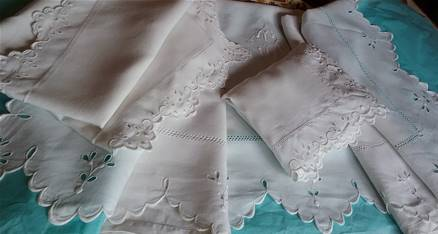 a - DRAP et ses TAIES - Monogramme et Broderies Anglaise.
